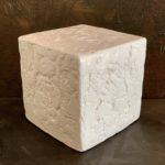 Cube céramique blanc brillant avec gravure sur chaque face pièce unique